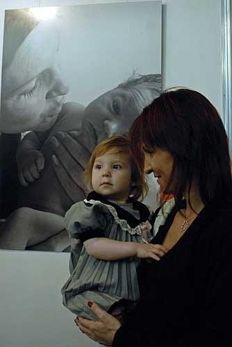 Киевлянка Ирина согласилась на участие в фотопроекте не раздумывая. На момент съемки ее Даринке было всего три дня. Спустя год, они уже вдвоем пришли на открытие выставки «9 месяцев плюс 3 дня». На заднем плане фотография Ирины с новорожденной дочкой.